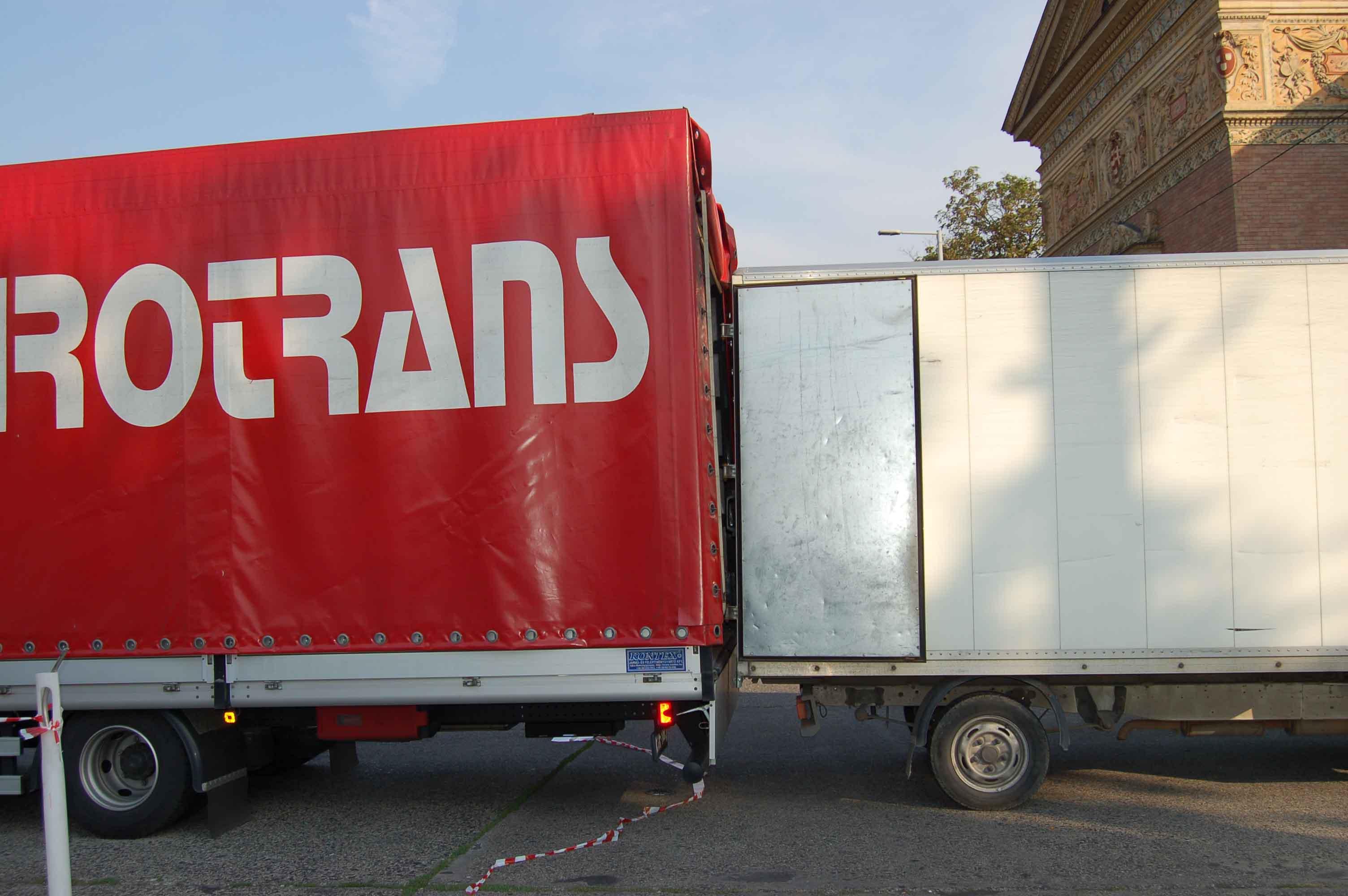 trucks_love_each_other.jpg